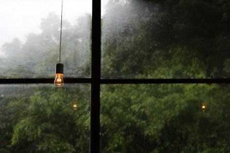 雨の日窓硝子